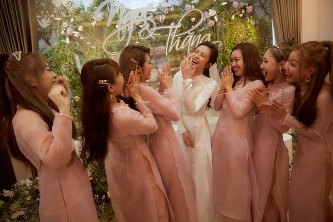 Cô dâu Đông Nhi đẹp dịu dàng và e ấp trong ngày trọng đại với chú rể Ông Cao Thắng - Ảnh 13.