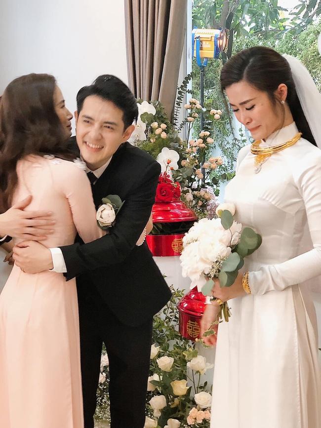 Khoảnh khắc xúc động trong lễ rước dâu Đông Nhi - Ông Cao Thắng: Cô dâu rơi nước mắt trong giây phút sắp rời khỏi gia đình sang nhà trai - Ảnh 2.