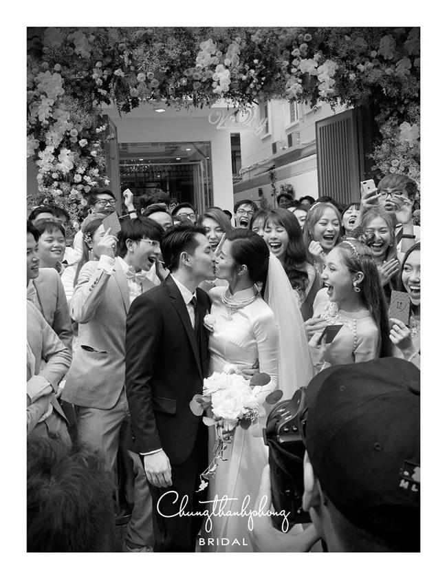 Khoảnh khắc hiếm của cô dâu Đông Nhi trong ngày trọng đại: Xuất hiện tươi tắn cùng chú rể Ông Cao Thắng, nhắng nhít với hội bạn thân - Ảnh 8.