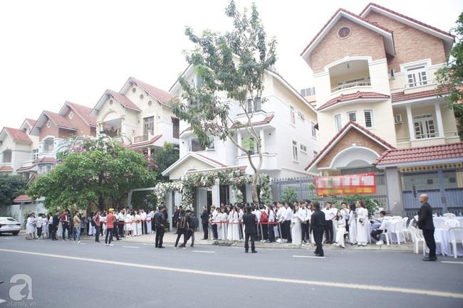 Người hâm mộ diện áo dài trắng, vui vẻ cùng nhau tiễn Đông Nhi về nhà chồng - Ảnh 5.