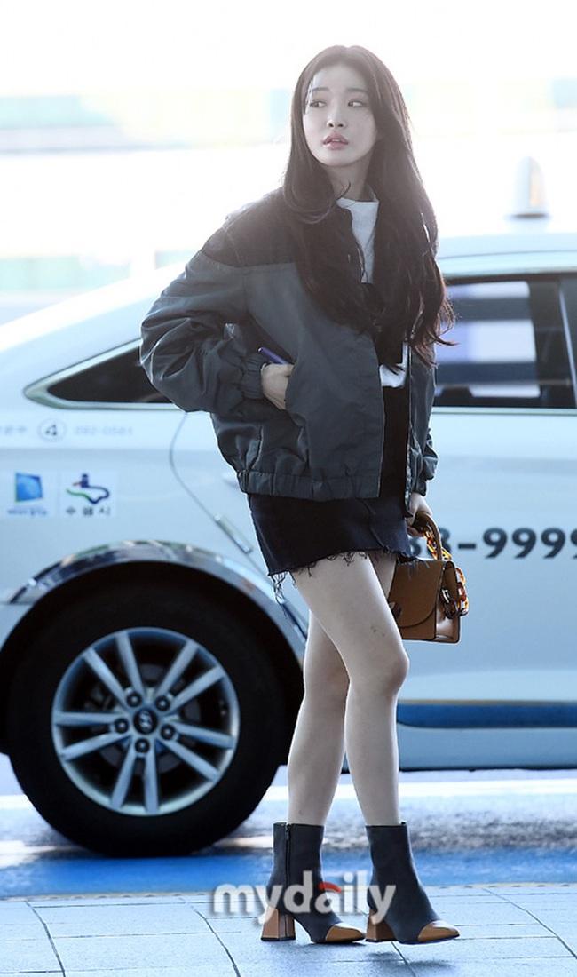 """Cuộc đọ sắc không khoan nhượng tại sân bay Hàn Quốc sáng nay: """"Hoàng hậu Ki"""" Ha Ji Won thần thái ngút ngàn lên đường sang Việt Nam, dàn idols trẻ toàn mỹ nam mỹ nữ - Ảnh 6."""