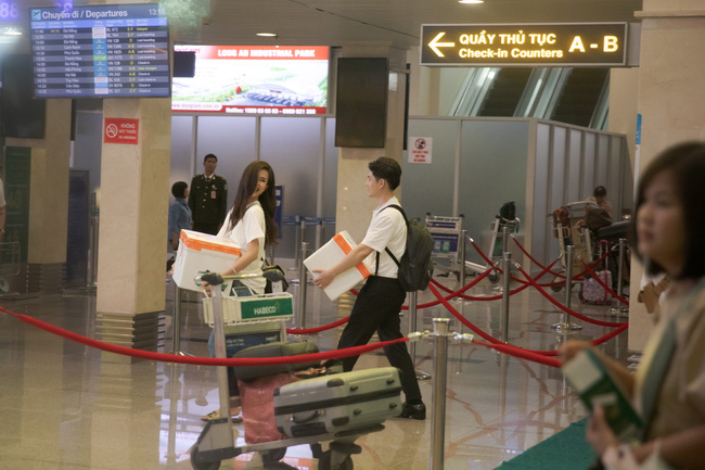 Hình ảnh hiếm hoi tại sân bay ra Phú Quốc của Đông Nhi - Ông Cao Thắng trước đám cưới, bất ngờ nhất là sự xuất hiện của những nhân vật này - Ảnh 4.