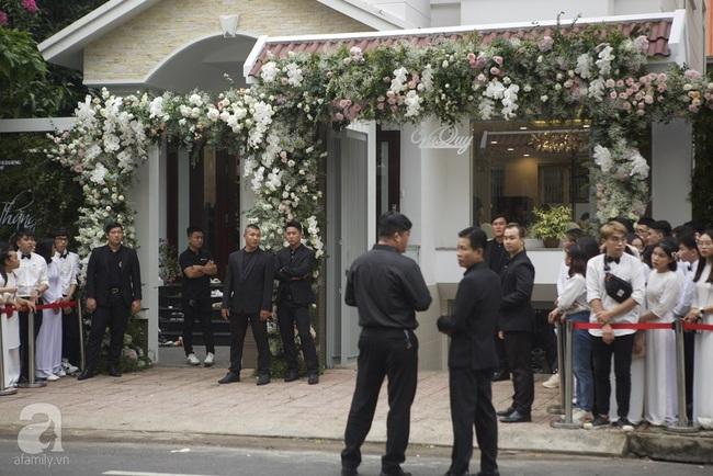 Lễ rước dâu Đông Nhi - Ông Cao Thắng: Fan tập trung đông nghẹt trước nhà cô dâu - Ảnh 5.