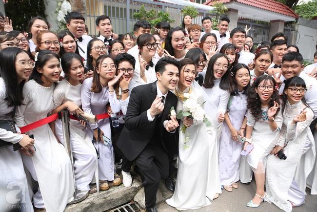 """Lễ rước dâu Đông Nhi - Ông Cao Thắng: Cô dâu chú rể trao nụ hôn ngọt ngào, chính thức lên xe hoa """"theo chàng về dinh"""" - Ảnh 7."""