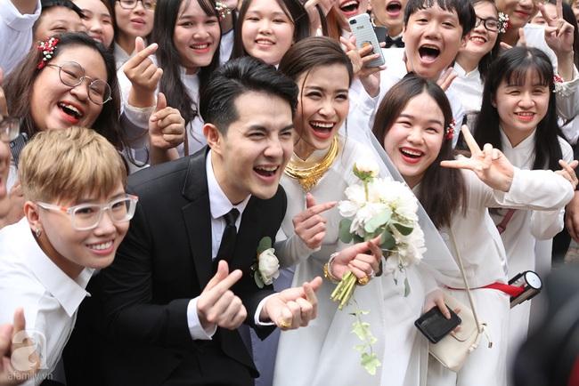 """Lễ rước dâu Đông Nhi - Ông Cao Thắng: Cô dâu chú rể trao nụ hôn ngọt ngào, chính thức lên xe hoa """"theo chàng về dinh"""" - Ảnh 8."""