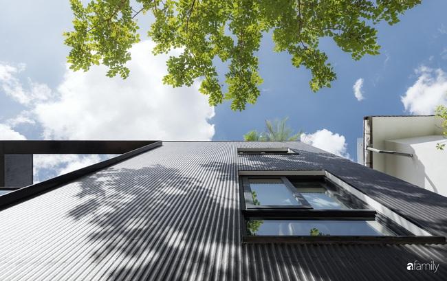 Nhà hướng Tây 2 mặt tiền vẫn mát mẻ nhờ giải pháp tạo khối xanh sân vườn và tầng thượng ở Cầu Giấy - Ảnh 2.