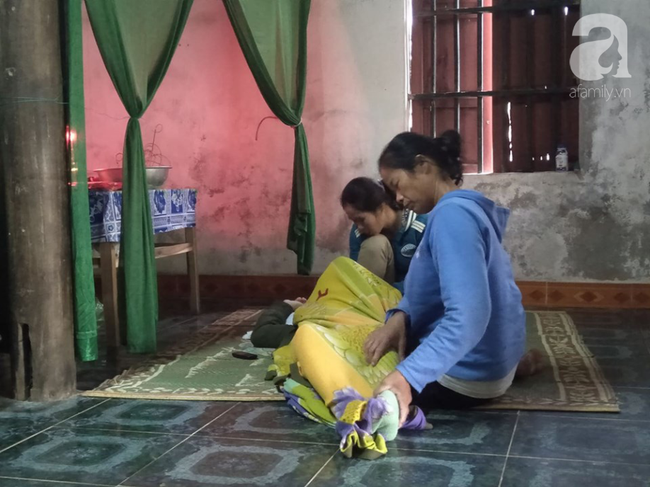 Người vợ gục ngã trước bàn thờ chồng