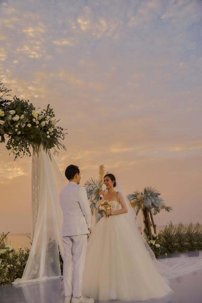 Mãn nhãn với bộ ảnh cưới đẹp như mơ dưới chiều hoàng hôn của Đông Nhi - Ông Cao Thắng  - Ảnh 7.