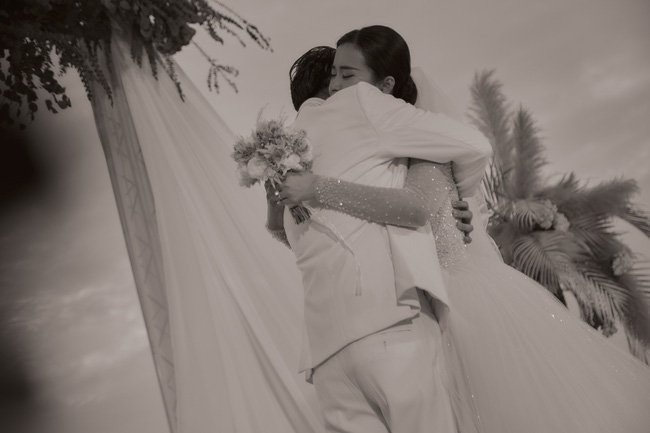 Mãn nhãn với bộ ảnh cưới đẹp như mơ dưới chiều hoàng hôn của Đông Nhi - Ông Cao Thắng  - Ảnh 2.