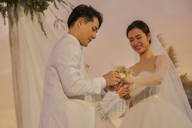Mãn nhãn với bộ ảnh cưới đẹp như mơ dưới chiều hoàng hôn của Đông Nhi - Ông Cao Thắng  - Ảnh 5.