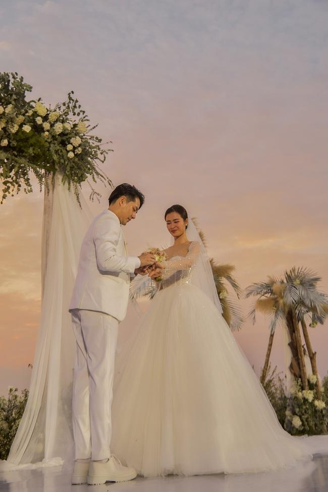 Mãn nhãn với bộ ảnh cưới đẹp như mơ dưới chiều hoàng hôn của Đông Nhi - Ông Cao Thắng  - Ảnh 9.