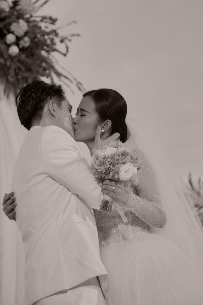 Toàn cảnh đám cưới siêu thế kỷ của Đông Nhi và Ông Cao Thắng: Cô dâu chú rể khóc hết nước mắt khi nhảy cùng bố mẹ hai bên - Ảnh 43.