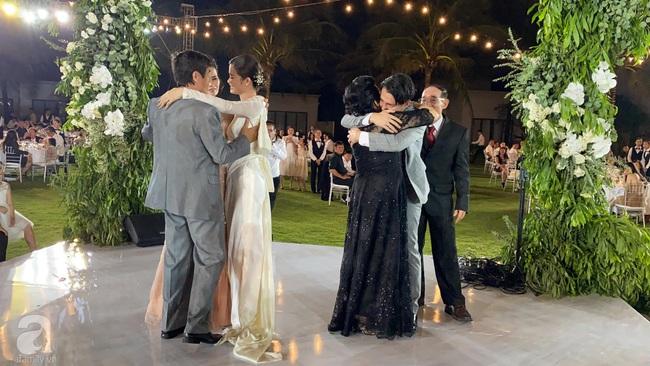 Toàn cảnh đám cưới siêu thế kỷ của Đông Nhi và Ông Cao Thắng: Cô dâu chú rể khóc hết nước mắt khi nhảy cùng bố mẹ hai bên - Ảnh 74.
