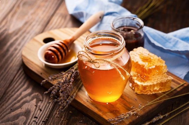Tuyệt chiêu rửa mặt trong mùa hanh khô: Thêm vài giọt mật ong vào nước, da dẻ ẩm mượt mịn màng miễn chê - Ảnh 1.
