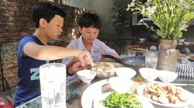 Cho con trai đứng ngoài đường bơm xe kiếm tiền, ông bố Hải Phòng dạy 2 bé bài học về sự tự lập khiến ai nấy sửng sốt - Ảnh 4.