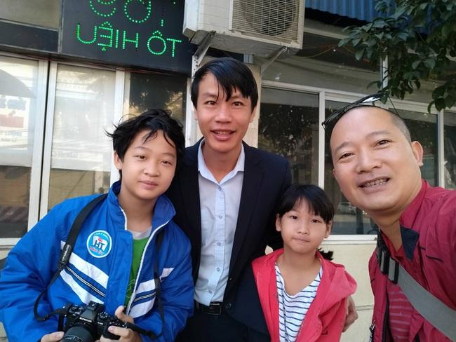 Cho con trai đứng ngoài đường bơm xe kiếm tiền, ông bố Hải Phòng dạy 2 bé bài học về sự tự lập khiến ai nấy sửng sốt - Ảnh 1.