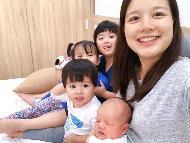 """Cuối tuần của các hot mom: """"Lịm tim"""" với bé Sam nhà Hằng Túi, quý cô Myla xinh như búp bê đi chơi Noel sớm với mẹ Hà Anh - Ảnh 3."""
