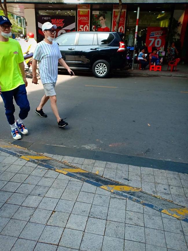 Trước giờ G, các thành viên của Running Man thoải mái dạo phố Sài Gòn và mua bánh mì Việt Nam - Ảnh 2.