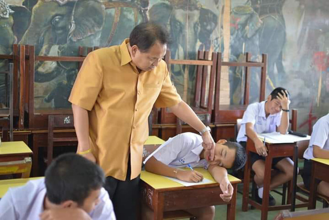 Bắt tại trận học sinh ngủ gật, thầy giáo tỉnh bơ làm 1 việc khiến ai nấy cười sặc sụa: Không tin nổi thầy lầy lội đến thế! - Ảnh 2.