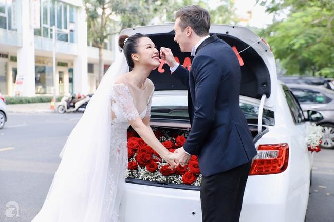 """Tiệc cưới của Á hậu Hoàng Oanh cùng ông xã người Mỹ điển trai: Cô dâu tiết lộ chuyện đặt tên con gái đầu lòng, chú rể xúc động nói """"anh yêu em nhiều lắm"""" bằng tiếng Việt - Ảnh 18."""