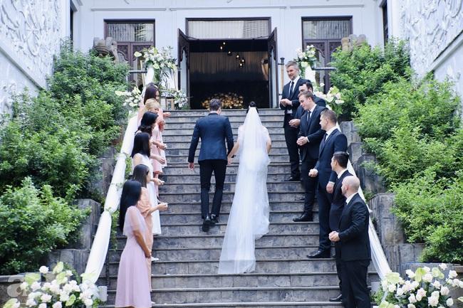 """Tiệc cưới của Á hậu Hoàng Oanh cùng ông xã người Mỹ điển trai: Cô dâu tiết lộ chuyện đặt tên con gái đầu lòng, chú rể xúc động nói """"anh yêu em nhiều lắm"""" bằng tiếng Việt - Ảnh 14."""