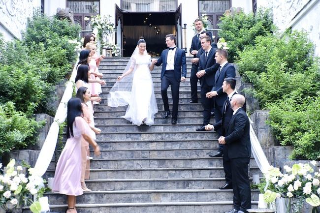"""Tiệc cưới của Á hậu Hoàng Oanh cùng ông xã người Mỹ điển trai: Cô dâu tiết lộ chuyện đặt tên con gái đầu lòng, chú rể xúc động nói """"anh yêu em nhiều lắm"""" bằng tiếng Việt - Ảnh 13."""