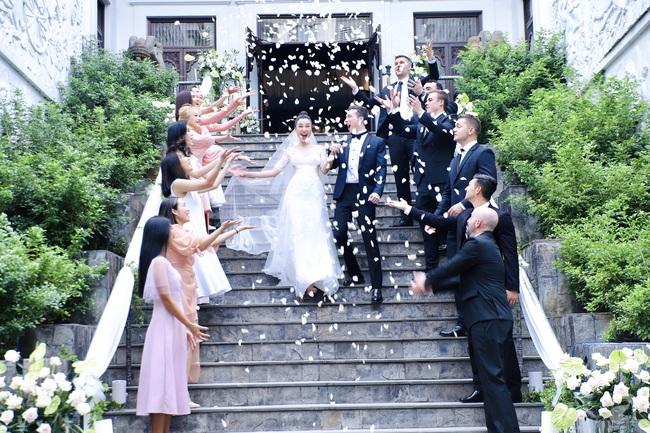"""Tiệc cưới của Á hậu Hoàng Oanh cùng ông xã người Mỹ điển trai: Cô dâu tiết lộ chuyện đặt tên con gái đầu lòng, chú rể xúc động nói """"anh yêu em nhiều lắm"""" bằng tiếng Việt - Ảnh 11."""