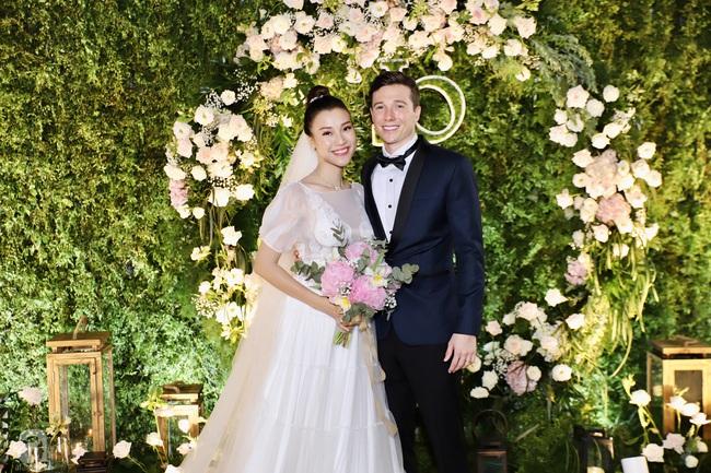 """Tiệc cưới của Á hậu Hoàng Oanh cùng ông xã người Mỹ điển trai: Cô dâu tiết lộ chuyện đặt tên con gái đầu lòng, chú rể xúc động nói """"anh yêu em nhiều lắm"""" bằng tiếng Việt - Ảnh 28."""