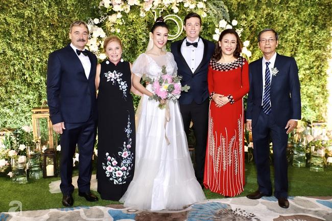 """Tiệc cưới của Á hậu Hoàng Oanh cùng ông xã người Mỹ điển trai: Cô dâu tiết lộ chuyện đặt tên con gái đầu lòng, chú rể xúc động nói """"anh yêu em nhiều lắm"""" bằng tiếng Việt - Ảnh 26."""