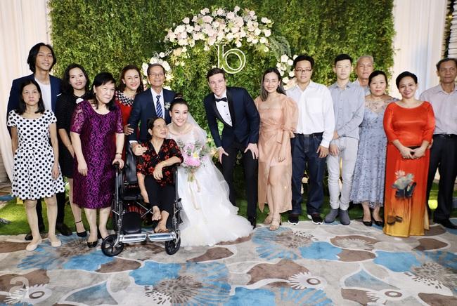 """Tiệc cưới của Á hậu Hoàng Oanh cùng ông xã người Mỹ điển trai: Cô dâu tiết lộ chuyện đặt tên con gái đầu lòng, chú rể xúc động nói """"anh yêu em nhiều lắm"""" bằng tiếng Việt - Ảnh 25."""