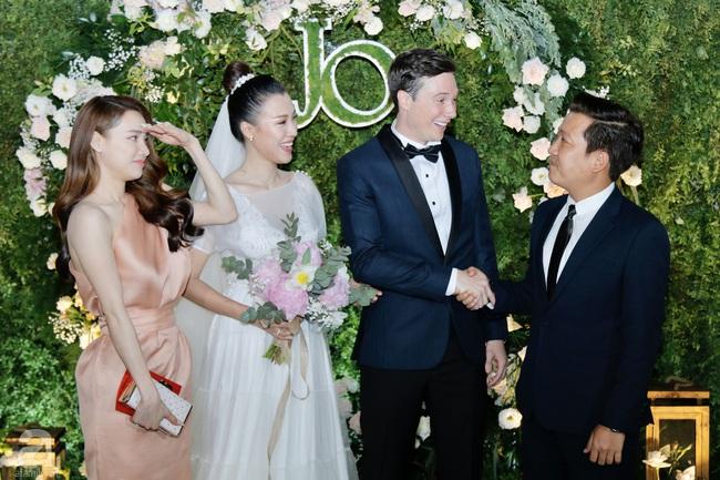Dàn sao Việt hội ngộ trong tiệc cưới của Á hậu Hoàng Oanh và ông xã người Mỹ: Vợ chồng Trường Giang - Nhã Phương nổi bần bật, Khổng Tú Quỳnh tới muộn - Ảnh 6.