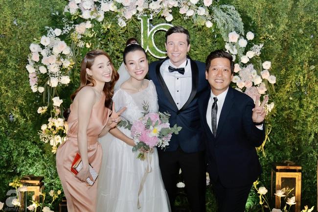 """Tiệc cưới của Á hậu Hoàng Oanh cùng ông xã người Mỹ điển trai: Cô dâu tiết lộ chuyện đặt tên con gái đầu lòng, chú rể xúc động nói """"anh yêu em nhiều lắm"""" bằng tiếng Việt - Ảnh 33."""
