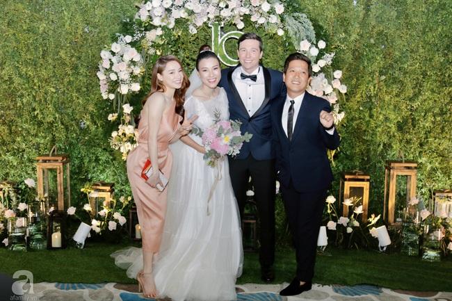 """Tiệc cưới của Á hậu Hoàng Oanh cùng ông xã người Mỹ điển trai: Cô dâu tiết lộ chuyện đặt tên con gái đầu lòng, chú rể xúc động nói """"anh yêu em nhiều lắm"""" bằng tiếng Việt - Ảnh 32."""