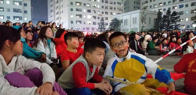 CLIP: Hàng ngàn người lớn trẻ em vang ca bài hát Như có Bác Hồ trong ngày vui đại thắng khi trận đấu U22 Việt Nam và U22 Indonesia kết thúc - Ảnh 3.