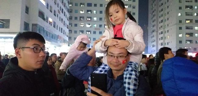 CLIP: Hàng ngàn người lớn trẻ em vang ca bài hát Như có Bác Hồ trong ngày vui đại thắng khi trận đấu U22 Việt Nam và U22 Indonesia kết thúc - Ảnh 4.