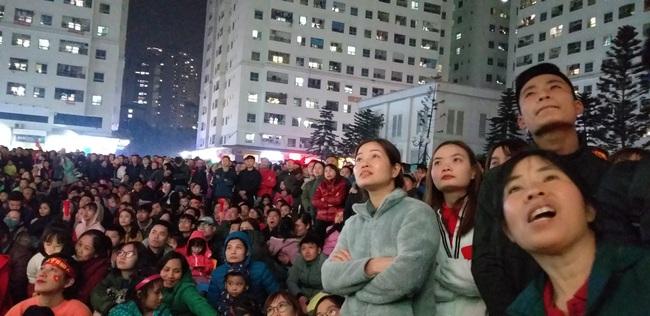CLIP: Hàng ngàn người lớn trẻ em vang ca bài hát Như có Bác Hồ trong ngày vui đại thắng khi trận đấu U22 Việt Nam và U22 Indonesia kết thúc - Ảnh 5.