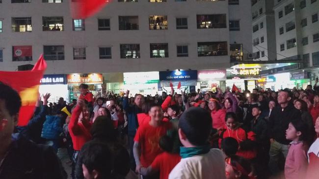 CLIP: Hàng ngàn người lớn trẻ em vang ca bài hát Như có Bác Hồ trong ngày vui đại thắng khi trận đấu U22 Việt Nam và U22 Indonesia kết thúc - Ảnh 6.