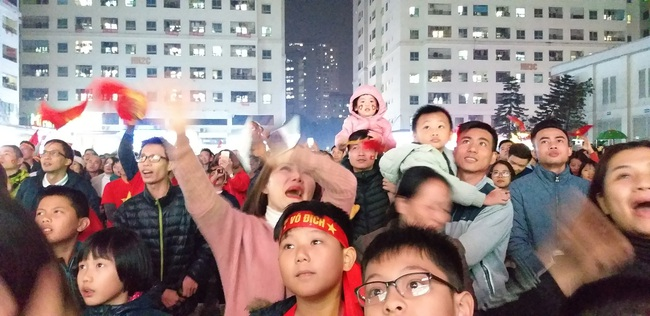 CLIP: Hàng ngàn người lớn trẻ em vang ca bài hát Như có Bác Hồ trong ngày vui đại thắng khi trận đấu U22 Việt Nam và U22 Indonesia kết thúc - Ảnh 7.