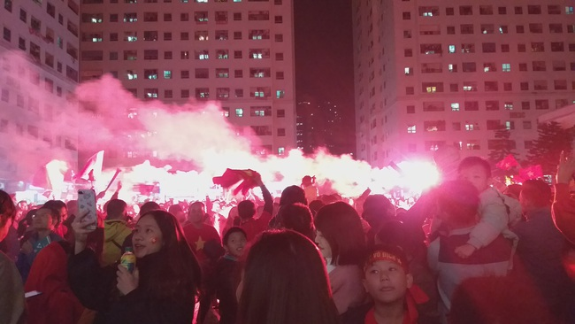 CLIP: Hàng ngàn người lớn trẻ em vang ca bài hát Như có Bác Hồ trong ngày vui đại thắng khi trận đấu U22 Việt Nam và U22 Indonesia kết thúc - Ảnh 8.
