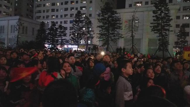 CLIP: Hàng ngàn người lớn trẻ em vang ca bài hát Như có Bác Hồ trong ngày vui đại thắng khi trận đấu U22 Việt Nam và U22 Indonesia kết thúc - Ảnh 9.