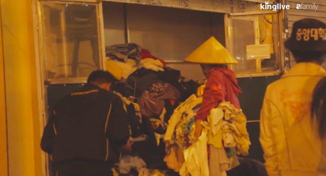 Thực trạng tại các tủ quần áo từ thiện tại Hà Nội: Bừa bộn gây mất trật tự và nhóm người tranh cướp trục lợi cá nhân - Ảnh 6.
