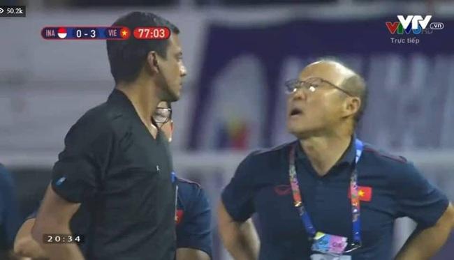 """Muôn vàn biểu cảm đáng giá của thầy Park trong trận chung kết SEA Games 30: Từ"""" đanh đá"""" cãi nhau với trọng tài đến lo lắng cho các cầu thủ  - Ảnh 2."""