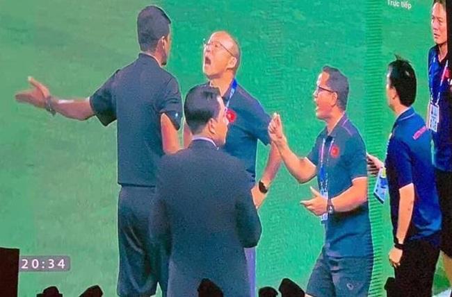 """Muôn vàn biểu cảm đáng giá của thầy Park trong trận chung kết SEA Games 30: Từ"""" đanh đá"""" cãi nhau với trọng tài đến lo lắng cho các cầu thủ  - Ảnh 1."""