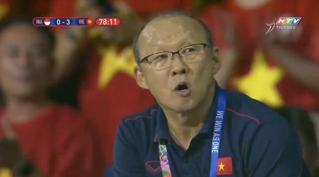 """Muôn vàn biểu cảm đáng giá của thầy Park trong trận chung kết SEA Games 30: Từ"""" đanh đá"""" cãi nhau với trọng tài đến lo lắng cho các cầu thủ  - Ảnh 8."""