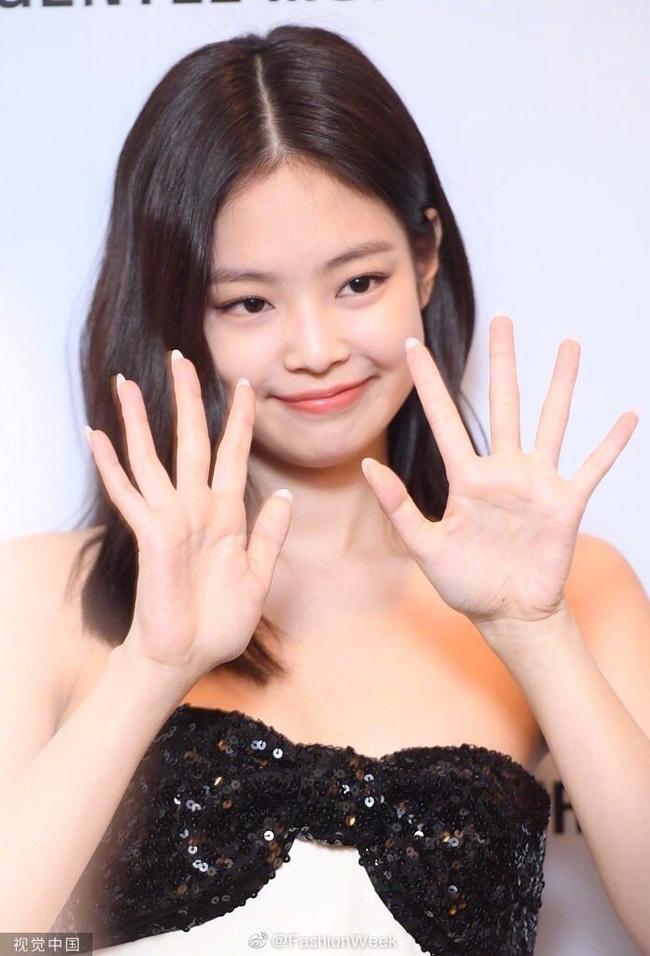 Jennie (Black Pink) diện đầm ngắn cũn hơn trăm triệu, lấp ló vòng 1 căng đầy gây náo loạn mạng xã hội Trung Quốc - Ảnh 1.