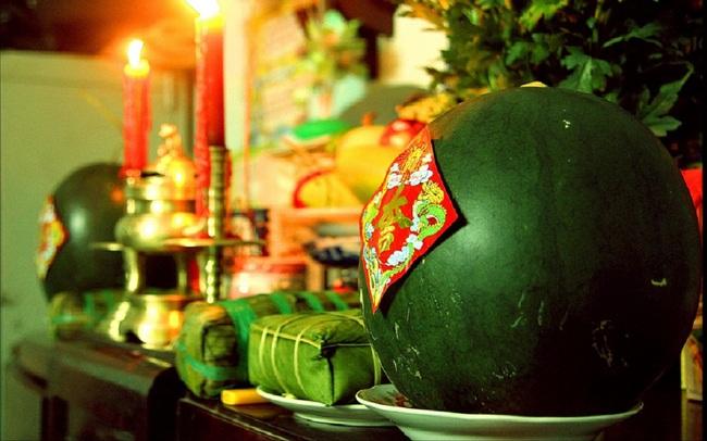 Cách chọn dưa hấu đỏ chưng bàn thờ mang đến tài lộc cho năm mới - Ảnh 2.