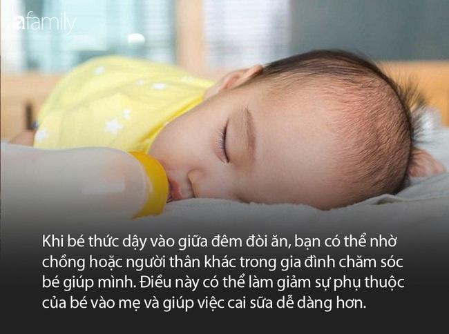 Cậu bé 9 tuổi vẫn chưa cai sữa, vô tư vạch áo mẹ đòi bú ngay ở nơi công cộng - Ảnh 4.