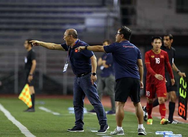 HLV Park Hang Seo và những lần nóng tính phải nhận thẻ: Thẻ vàng thẻ đỏ thì đã sao, thầy vẫn đem về vinh quang cho bóng đá Việt Nam  - Ảnh 2.