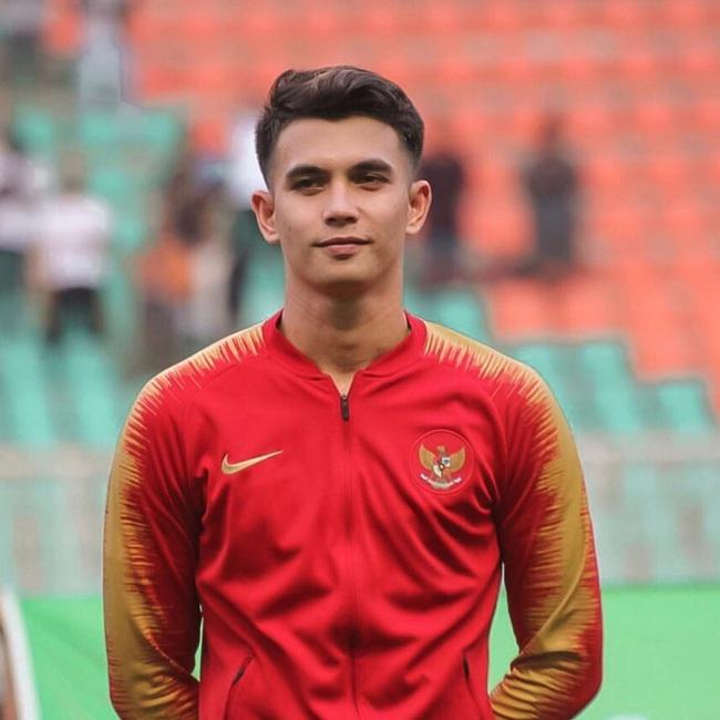 Chàng thủ môn 9X của U22 Indonesia phải vào lưới nhặt bóng 3 lần: Hot boy điển trai, nam tính nhưng ngoài đời lại có phong cách khác hẳn - Ảnh 1.