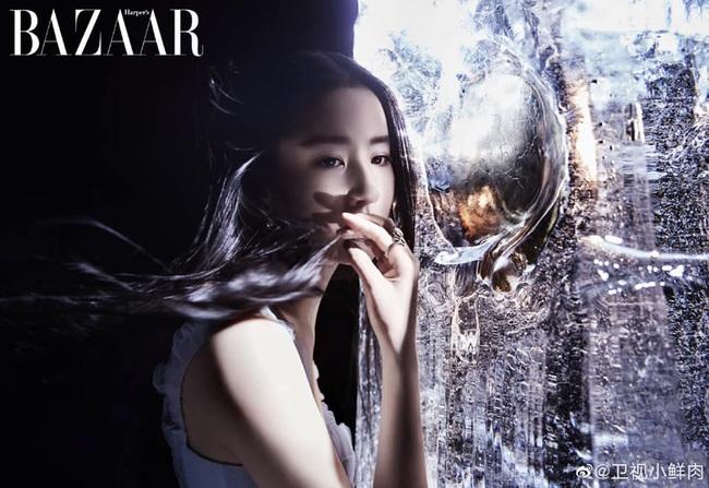 Lưu Diệc Phi xuất hiện lộng lẫy trên bìa tạp chí danh giá nhưng netizen lại phản ứng: Đẹp thì có đẹp nhưng nhìn mệt quá  - Ảnh 3.